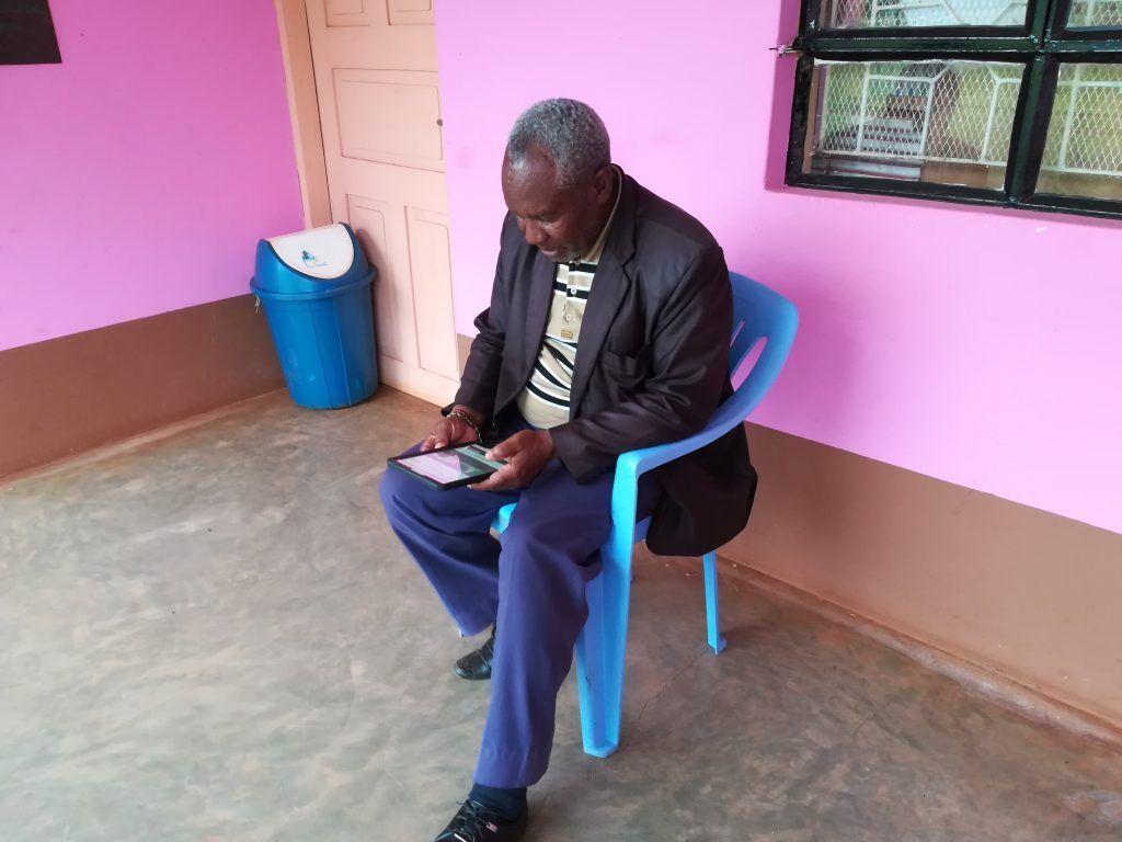 Schulleiter Petro Diyamet erkundet die Digital Library (Fotograf: Stiftung Perspektive Hoffnungsbrücke)